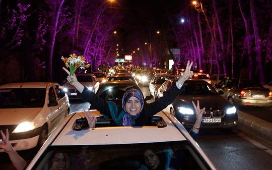 Người dân Iran ăn mừng sau khi đạt được thỏa thuận hạt nhân sơ bộ. Ảnh: EPA