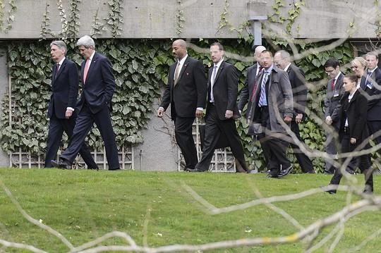 Ngoại trưởng Mỹ John Kerry cùng Ngoại trưởng Anh Philip Hammond rảo bước trong khách sạn trong lúc giải lao. Ảnh: AP