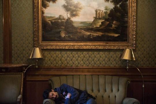 ...và ngủ vạ vật. Ảnh: AP