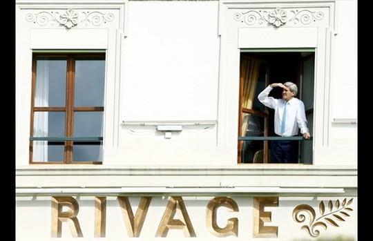 Một tấm ảnh lúc giải lao khác của ông Kerry. Ảnh: Reuters
