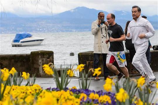 Ngoại trưởng Trung Quốc Vương Nghị chạy bộ buổi sáng. Ảnh: AP