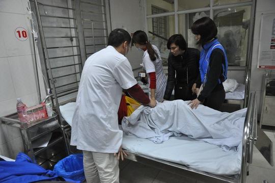 Các bác sỹ tại bệnh viện 198 đang tiến hành cấp cứu cho nạn nhân