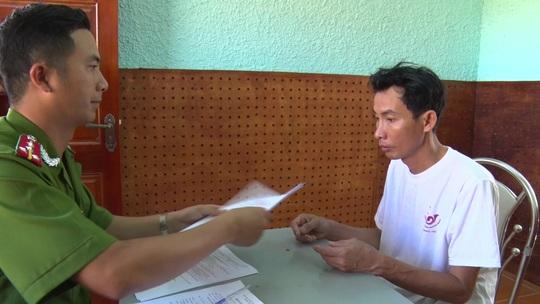 Cơ quan điều tra tống đạt quyết định khởi tố cho bị can Trần Quốc Gia trong ngày 5-6. Ảnh: Công an Vĩnh Long cung cấp