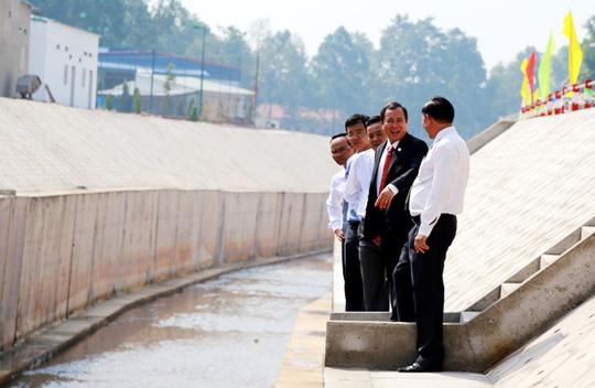 Chủ tịch UBND tỉnh Bình Dương Trần Văn Nam (áo vest đen) khảo sát nước kênh