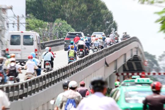 Cầu cao và cong khiến những người khi chạy xe máy trên cầu khi nhìn xuống dưới không khỏi lo lắng