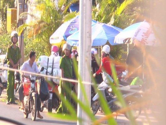Người đi xe máy không đội mũ bảo hiểm, lưu thông ngược chiều qua mặt cảnh sát nhưng không bị xử lý