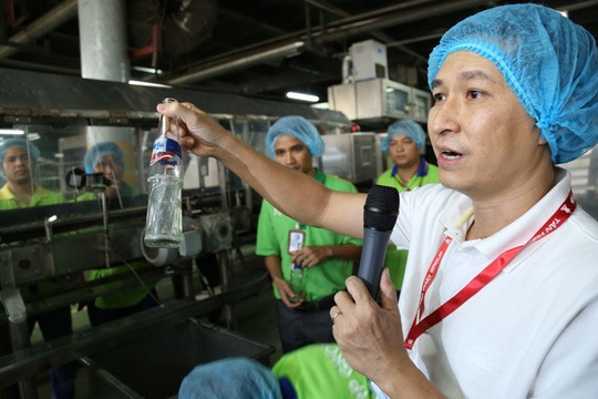 Một công đoạn sản xuất nước đóng chai tại Công ty Tân Hiệp Phát