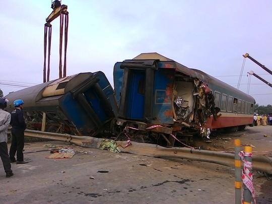 Nhiều toa tàu văng khỏi đường sắt sau vụ tai nạn tối 10-3 ở Quảng TrịẢnh: QUANG NHẬT