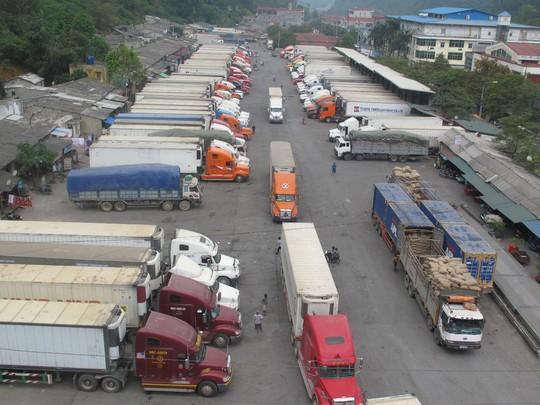 Xe chở dưa hấu ùn tắc kéo dài tại cửa khẩu Tân Thanh - Pò Chài trong những ngày đầu tháng 4-2015