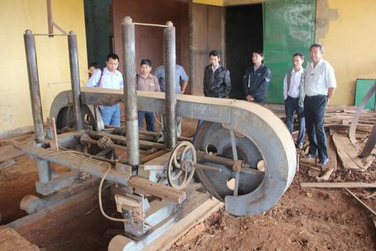 Việc bị bắt oan đã gây thiệt hại nặng nề cho công ty của ông Đinh Quang Điền (ảnh dưới) khi phải dừng sản xuất, mất hợp đồng kinh tế, máy móc bị phá hoại, nợ ngân hàng không trả được