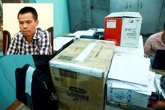 Lê Minh Quang cùng tang vật liên quan đến hoạt động kinh doanh trái phép Ảnh: TRỌNG ĐỨC