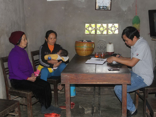 Phóng viên Báo Người Lao Động tại nhà chị Nguyễn Thị Đào Ảnh: HẢI VŨ