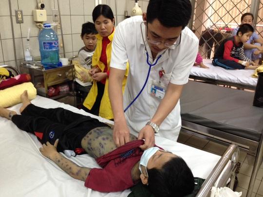 Vẫn có nhiều nhân viên y tế không chú trọng bảo hộ cá nhân khi thăm khám bệnh nhân