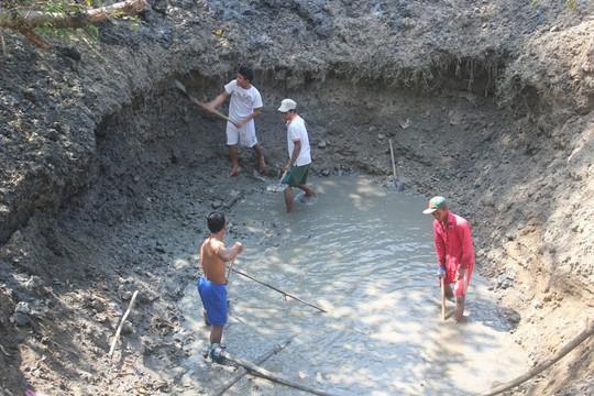 Người dân xã Phước Trung, huyện Bác Ái, tỉnh Ninh Thuận quần quật đào ao tìm nước cứu hoa màu
