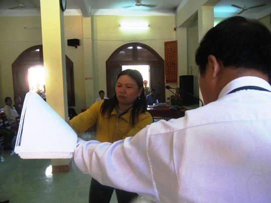 Bà Ngô Thị Tuyết trình bày các chứng cứ về vết thương trên người nạn nhân mà pháp y chưa làm rõ
