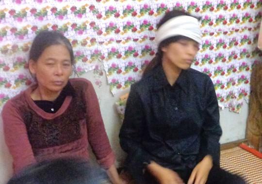 Chị Nguyễn Thị Thơm (bìa phải) vẫn còn bàng hoàng trước cái chết của mẹ chồng và 2 con nhỏ Ảnh: TUẤN MINH