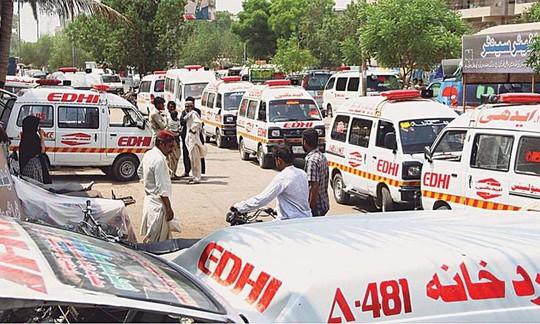 Các xe cứu thương chở thi thể người thiệt mạng. Ảnh: Dawn