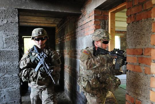 Các binh sĩ sẽ được thực hành phản ứng khi bị phục kích. Ảnh: RIA Novosti