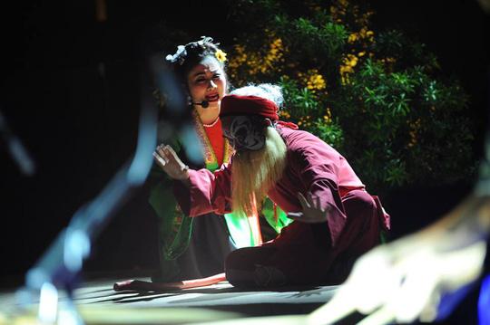 """""""Lửa"""" của nghệ sĩ piano Phó An My đêm 9/1 ở GEM Centre, kết hợp với nghệ thuật Tuồng cổ, khiến khán giả gai người vì cái đẹp của nghệ thuật được tôn vinh, cháy sáng rực rỡ."""