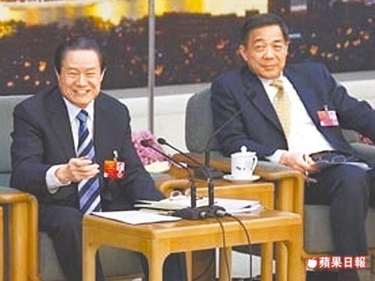 Cựu ủy viên Thường trực Bộ Chính trị Chu Vĩnh Khang (trái) và cựu Bí thư Thành ủy Trùng Khánh Bạc Hy Lai Ảnh: APPLE DAILY