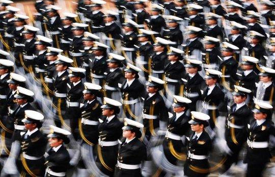 Lần đầu tiên nữ binh sĩ thuộc quân đội Ấn Độ tham gia diễu hành. Ảnh: Reuters