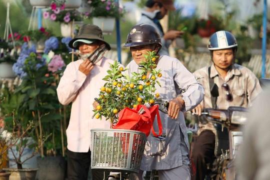 Thuyền chở hoa Tết vào phố Sài Gòn