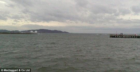 Ngôi nhà cách bờ biển 27 m. Ảnh: Daily Mail