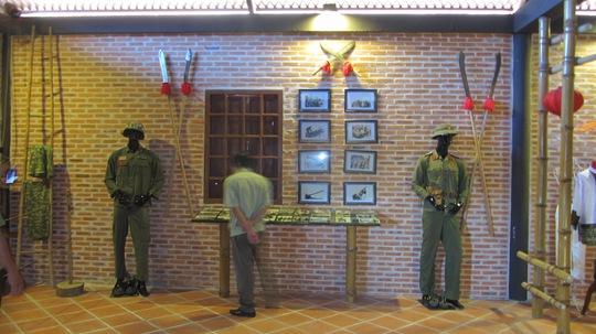 Trưng bày các loại vũ khí, trang ơ phục, ảnh chiến tranh Việt Nam.