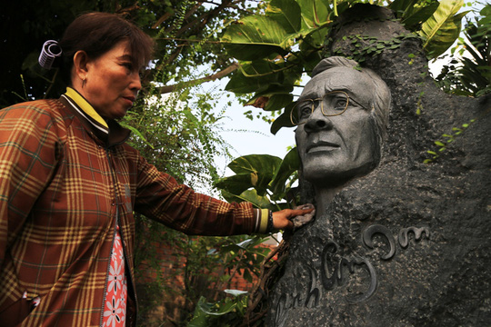 Người phụ nữ nhiều năm chăm sóc mộ Trịnh Công Sơn kể năm nào người dân cũng về đây rất đông vào ngày 1-4