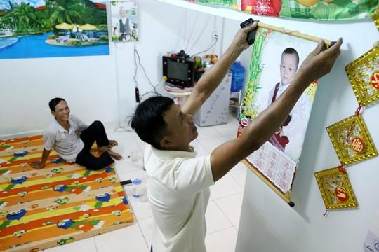 Sau gần 10 năm từ Thái Bình vào Nam làm công nhân, anh Phạm Thế Chương (công ty bao bì Mai Thư - KCN VSIP 2) được công ty hỗ trợ 20 triệu đồng để trả trước tiền căn hộ. Anh Chương cho biết năm 2013 mình mua căn hộ này giá 98 triệu đồng. 78 triệu còn lại anh trả góp theo tháng