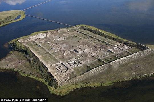 Thoạt nhìn, hòn đảo trông như một pháo đài hoặc nhà tù với nhiều phần cấu trúc đã bị mục nát. Ảnh: