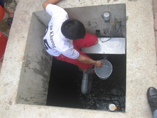 Bể bị cạn tận đáy vừa được bơm nước vào