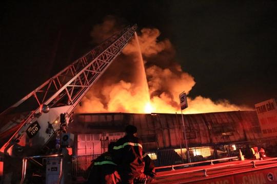 Nước được lính cứu hỏa xịt từ trên cao xuống nhưng lửa vẫn không bị khống chế