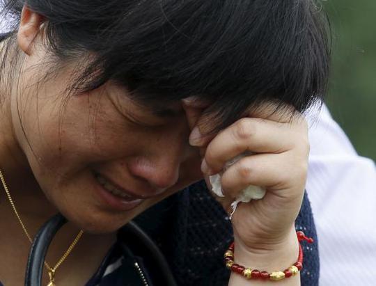 Nước mắt người thân gia đình các hành khách. Ảnh: Reuters