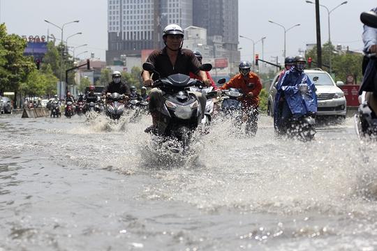 Nước ngập trở thành nỗi ngán ngẫm của người dân Sài Gòn.