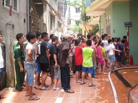 Rất đông người dân hiếu kỳ tập trung đứng xem vụ cháy