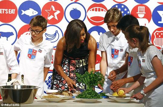 Bà Michelle nấu ăn trong nhà hàng James Beard. Ảnh: Reuters
