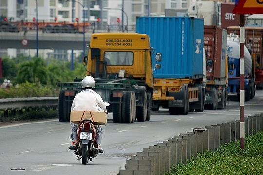 Trong khi cầu vượt Cát Lái đang ùn ứ nhiều xe tải, xe container, phương tiện xe máy vẫn chen chúc vào