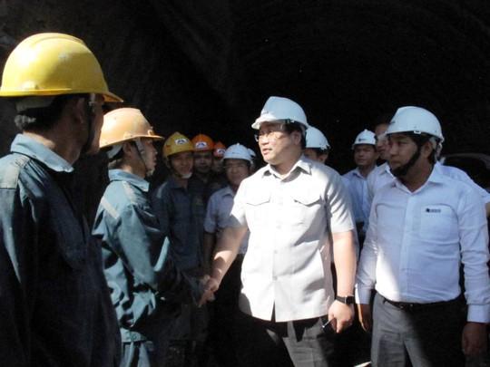 Phó Thủ tướng Hoàng Trung Hải thăm hỏi các công nhân đang thi công
