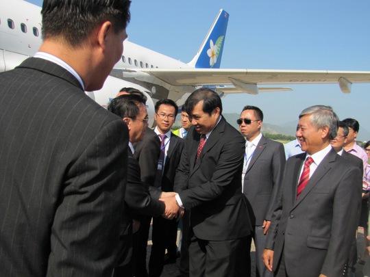 Ông Huỳnh Đức Thơ, Chủ tịch UBND TP Đà Nẵng (phải) bắt tay chào đón thủ tướng Thoong-xinh Thăm-ma- vông