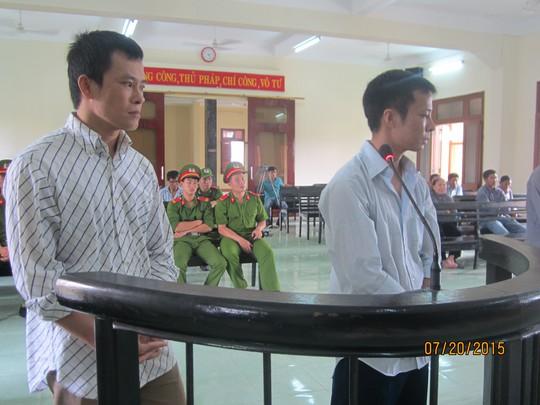 Phan Thành Đại (trái) và Đặng Sỹ Lệ tại phiên tòa