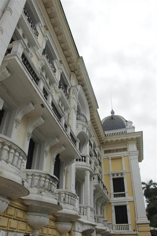 Hai bên hành lang của ngôi nhà vẫn còn những lớp sơn cũ nhạt hơn