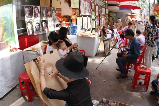 Ngoài ra các hoạt động khác như vẽ tranh cũng thu hút nhiều người.