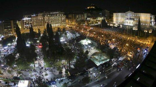 Hàng ngàn người ăn mừng tại trung tâm Athens tối 5-7. Ảnh: Reuters