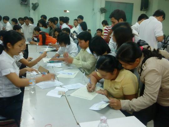 Người lao động tại TP HCM trong một lần đăng ký hồ sơ dự tuyển sang Hàn Quốc làm việc