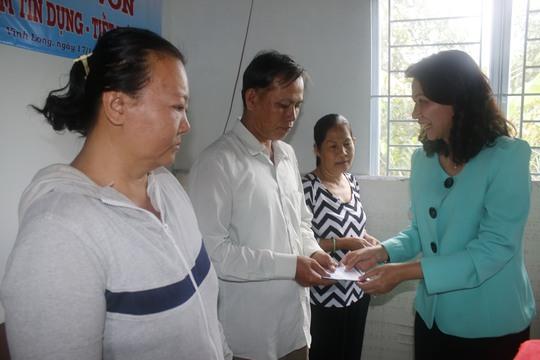 Bà Nguyễn Thị Thu, Chủ tịch LĐLĐ TP HCM, trao vốn cho người nghèo tỉnh Vĩnh Long