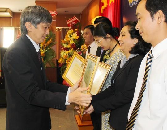 Ông Trần Hùng Việt - Phó Bí thư Đảng ủy, Tổng Giám đốc Tổng Công ty Du lịch Sài Gòn - trao bằng khen cho các cá nhân xuất sắc
