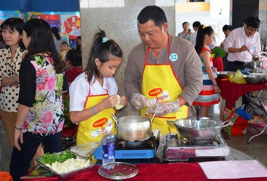 """Các gia đình tham dự hội thi nấu ăn """"Yêu thương và chia sẻ"""" tại quận 11, TP HCM Ảnh: NGUYỄN LUÂN"""