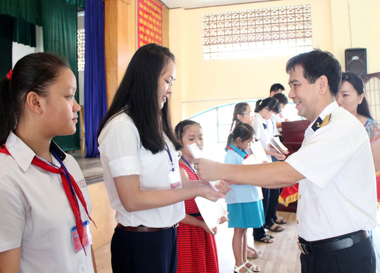Đại tá Nguyễn Phúc Thắng, Đảng ủy viên Đảng ủy Tổng Công ty Ba Son, trao học bổng cho học sinh Ảnh: THANH NGA