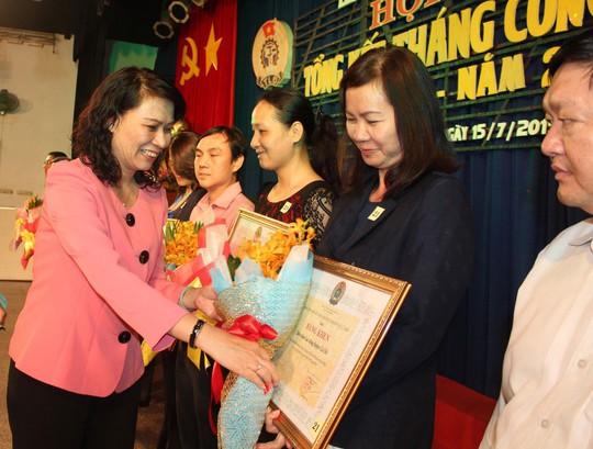 Bà Nguyễn Thị Thu, Chủ tịch LĐLĐ TP HCM, trao bằng khen cho các tập thể